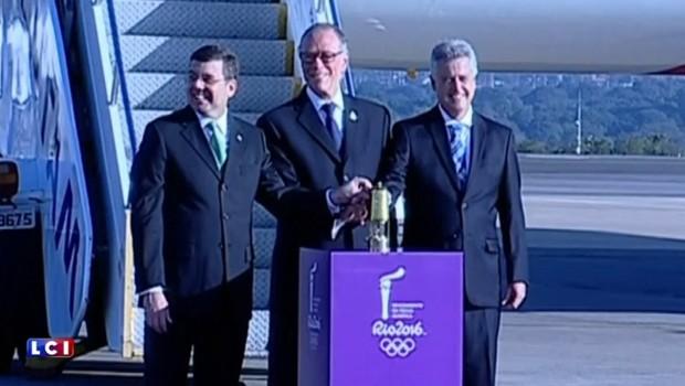 La flamme olympique des JO de Rio est arrivée au Brésil, les premières images