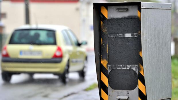 Un radar fixe sur une route de France.