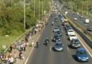 Des milliers de migrants bloqués en Hongrie rejoignent la frontière à pied