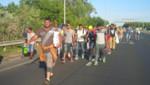 Un groupe de migrants en Hongrie marchant vers l'Autriche.