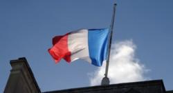 Le drapeau français flottant sur le toit de l'Elysée.