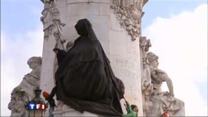 """Marianne recouverte d'une """"burqa"""" par Ni Putes ni Soumises"""