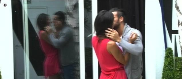 Après s'être ouverts l'un à l'autre, Leila et Aymeric échangent un bisou.