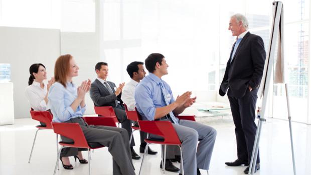 Des salariés applaudissent leur patron lors d'une réunion
