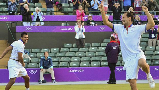 Les tennismen français Jo-Wilfried Tsonga et Michael Llodra expriment leur joie à leur victoire en demi-finale des jeux olympiques, le 3 août 2012, à Londres.