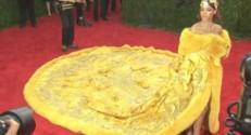 Rihanna avec sa robe omelette sur le tapis rouge.