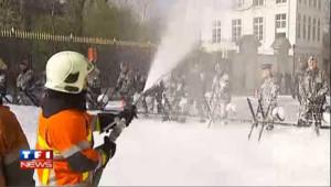 Bruxelles: manif' de pompiers, les policiers boivent la tasse