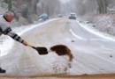 Près de Vigneux-de-Bretagne le 18 janvier 2013, un conducteur sable la route