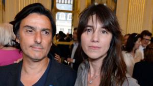 Yvan Attal et Charlotte Gainsbourg lors de la remise des insignes de Chevalier des Arts et des Lettres (19 juin 2013)