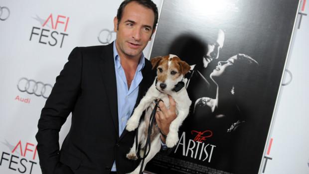 """Jean Dujardin et le chien Uggie lors d'une projection de """"The artist"""" (février 2012)"""