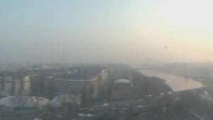 La Tour Eiffel quasi invisible à cause de la pollution (vue du haut de la tour TF1) le 14 mars 2014