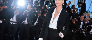 Cannes 2016 : Charlize Theron sublime en smoking pour monter les marches
