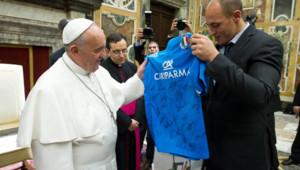 Le pape François reçoit le maillot de l'équipe italienne de rugby, 22/11/13, au Vatican