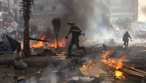 Des manifestants lors de l'opération de police visant à disperser des camps pro-Morsi au Caire, le 14 août 2013.