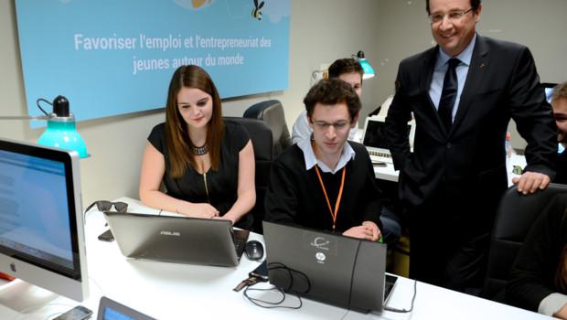François Hollande à Grenoble avec des employés de la start-up Wizbii