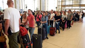 Egypte : touristes, principalement britanniques, attendant à l'aéroport de Charm el-Cheikh, 6/11/15