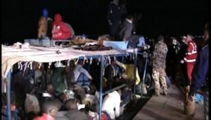 Lampedusa : arrivée de migrants en provenance d'Afrique du Nord ayant survécu à un naufrage (6 avril 2011)