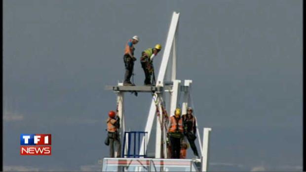 Des ouvriers perchés au sommet de l'Europe