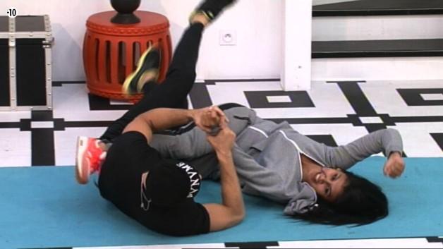Pendant ce temps-là, Jess et Steph jouent à la lutte !