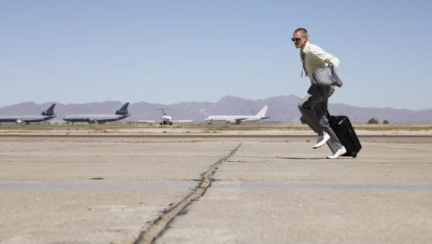 Un homme court dans un aéroport.