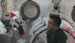 Un petit robot humanoïde et un cosmonaute japonais ont fait la causette à bord de la Station spatiale internationale.