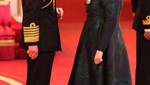 Le Prince Charles a décoré la chanteuse Adèle à .Londres, le 19 décembre 2013.