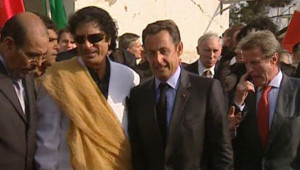 TF1/LCI : Nicolas Sarkozy avec le colonel Kadhafi lors de sa visite en Libye (juillet 2007)