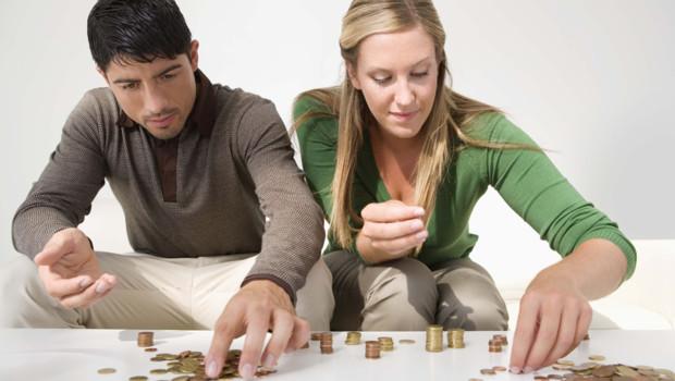 Un couple compte son argent (illustration)