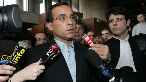 L'animateur Jean-Luc Delarue tenu de répondre aux journalistes à la sortie de la cour de Bobigny le 28 mars 2007