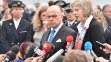 Bernard Cazeneuve et son homologue britannique Theresa May s'expriment devant le site d'Eurotunnel