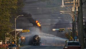 24 heures après l'explosion d'un convoi ferroviaire en pleine ville, le feu n'était pas totalement éteint dans le village de Lac Mengantic