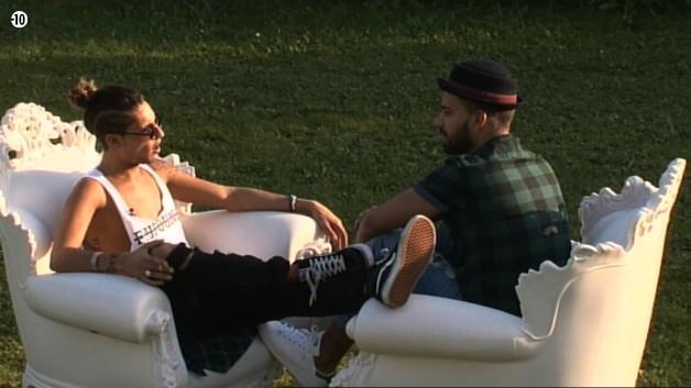 Eddy dit à son ami qu'il est triste de quitter Leila. Il n'a pas envie de la laisser seule.