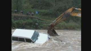 Chine : un automobiliste sauvé des eaux par un tractopelle