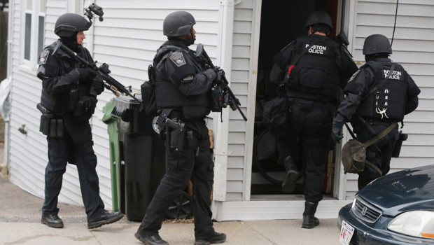 Les équipes du SWAT (unité de police spécialisée dans les opérations paramilitaires, NDLR) dans une maison de Watertown, Massachusetts