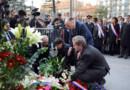Les ministres de l'Education nationale et de l'Intérieur, Najat Vallaud-Belkacem et Bernard Cazeneuve, déposent une gerbe de fleurs en hommage aux victimes de Merah à Toulouse, le 19 mars 2015.