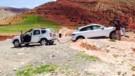 Un Dacia Duster sauve un Porsche Macan bloqué lors d'essais presse au Maroc le 9 avril 2014