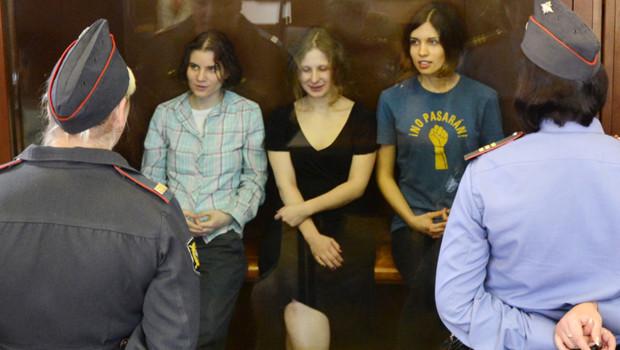 Les trois jeunes femmes membres du groupe de punk russe Pussy Riot lors de leur procès à Moscou (août 2012)