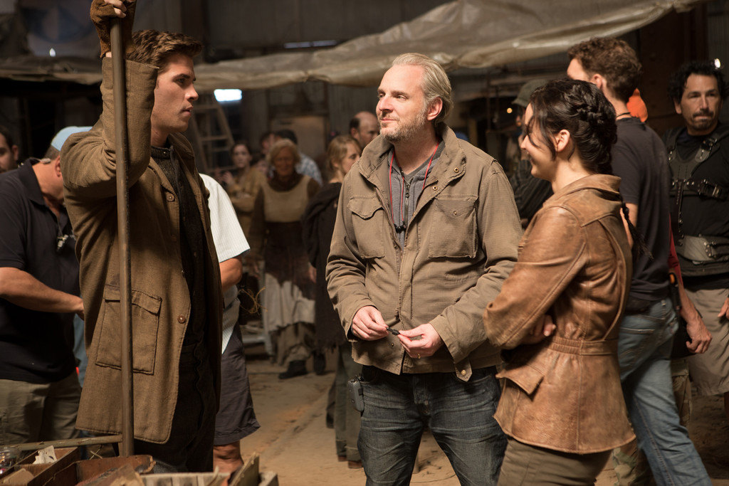 Liam Hemsworth, Francis Lawrence et Jennifer Lawrence sur le tournage de Hunger Games : l'embrasement