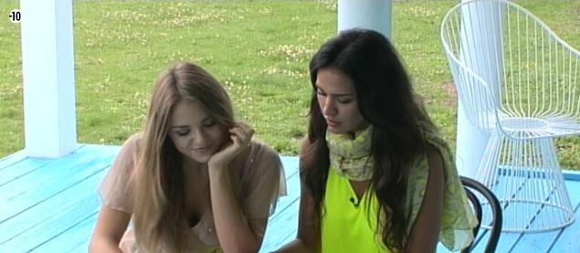 Leila et Sara s'installent sur la terrasse pour le speed dating avec les possibles nominés de la semaine.