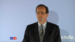 "Hollande salue en Danielle Mitterrand une ""grande dame engagée"""