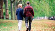 Illustration. Une couple qui marche dans un parc