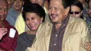 Joseph Estrada lors de son départ avec sa femme (grande)