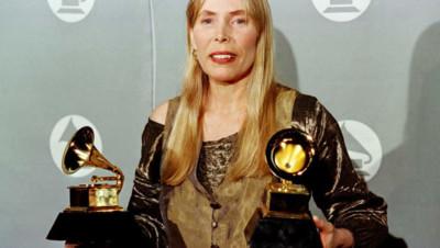 La chanteuse Joni Mitchell lors de la cérémonie des Grammy Awards 1996