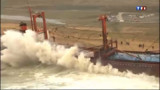 Cargo échoué : la mobilisation continue pour limiter les dégâts