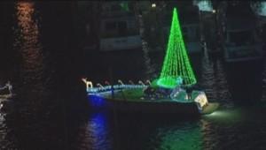 Un bateau décoré pour Noël dans le port de Newport aux Etats-Unis.