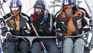Richard Morley, entraîneur de l'équipe de ski népalaise, parlant aux skieurs Uttam Rayamajhi et Shyam Dhakal à Val d'Isère (11 février 2009)