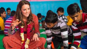 Kate Middleton en Inde le 12 avril 2016 dessine avec des enfants.