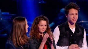 Justine (au centre) finaliste de The Voice Kids. Equipe de Jenifer