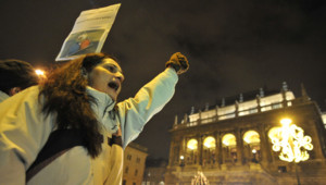 Manifestation à Budapest contre l'entrée en vigueur de la nouvelle constitution, le 2 janvier 2012.