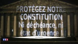 """""""Ni déchéance, ni état d'urgence !"""" sur la façade de l'Assemblée nationale"""
